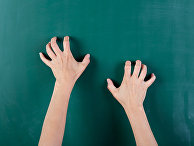Школьную доску царапают ногтями