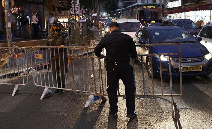 Полиция перекрывает улицу в пригороде Тель-Авива, Израиль