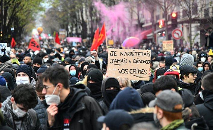 """Участники акции протеста против законопроекта """"О глобальной безопасности"""" в Париже"""