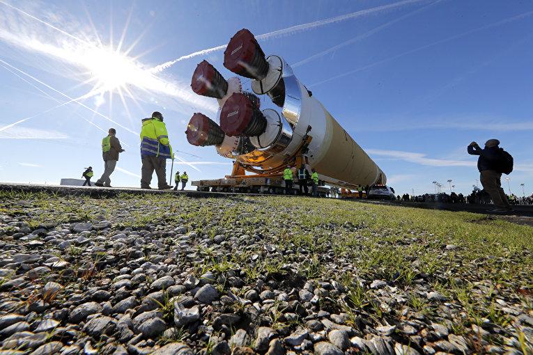 8января 2020. Ракета НАСА, накоторой отправится наЛуну первая миссия «Артемида»