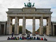 Группа людей у Бранденбургских ворот в Берлине