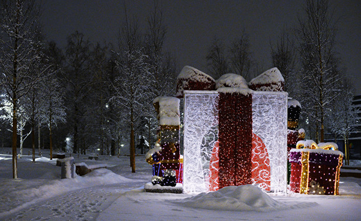 Инсталляция ввиде коробок сподарками впарке «Зарядье» вМоскве