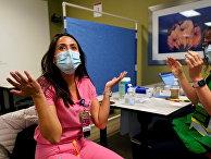 Медработнику делают прививку вакциной Pfizer-BioNTech, США