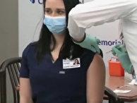 Медсестра упала в обморок на пресс-конференции после вакцинации от коронавируса