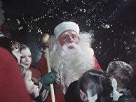 """Дед Мороз и маленькие покупатели универмага """"Детский мир"""""""