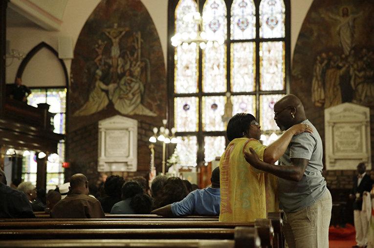 Прихожане в церкви Чарльстона через четыре дня после стрельбы