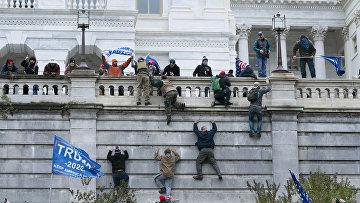 Протестующие штурмуют здание Конгресса в США 6.1.2021