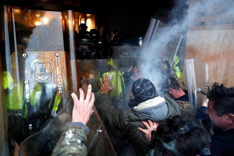 Протестующие у здания Капитолия в Вашингтоне