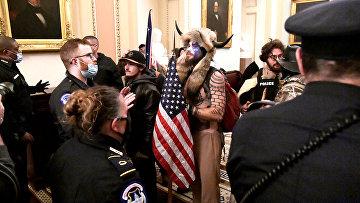 Полиция блокирует сторонников Дональда Трампа на втором этаже Капитолия в Вашингтоне