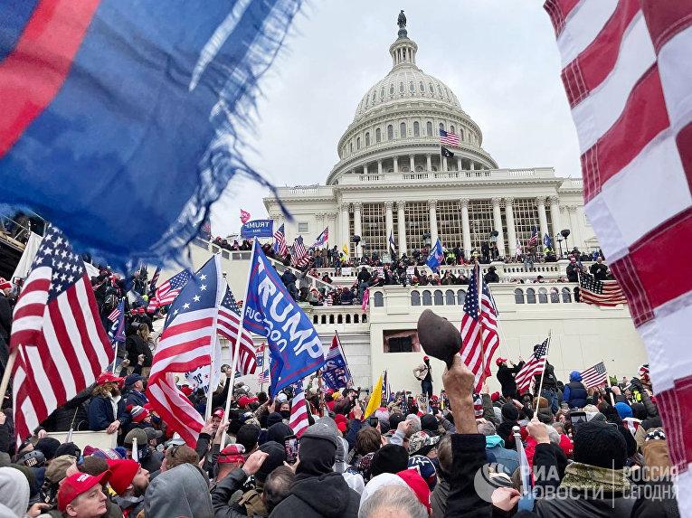 Участники акции протеста сторонников действующего президента США Дональда Трампа у здания конгресса в Вашингтоне