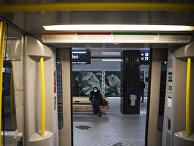 Пассажирка в маске в метро в Стокгольме, Швеция