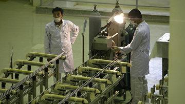 Иранские техники работают на заводе Фордо