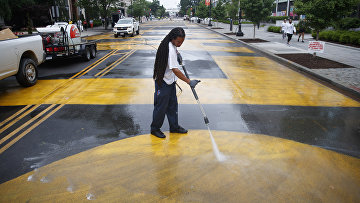 Чернокожий моет улицу в Вашингтоне, США