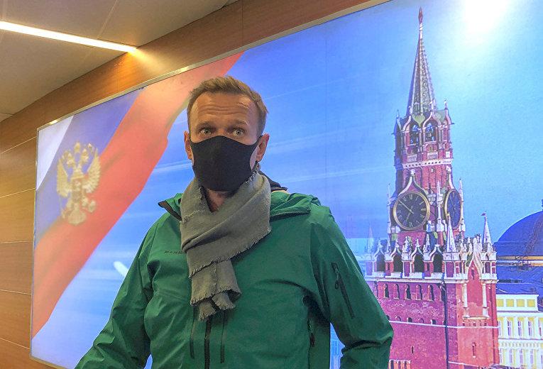 Российский оппозиционер Алексей Навальный общается с журналистами в московский аэропорт Шереметьево