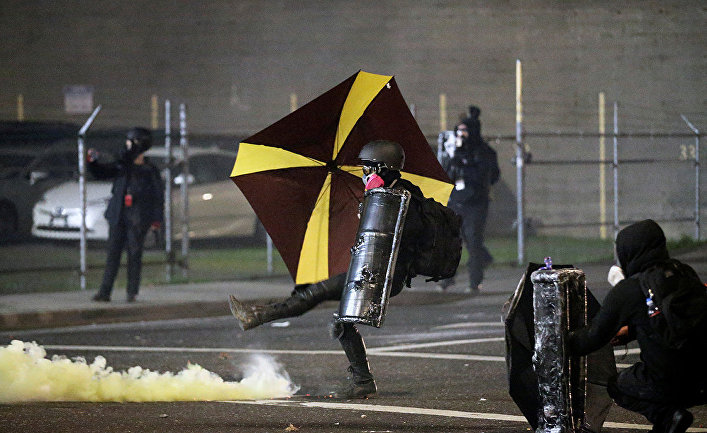 Участники акции протеста в Портленде, штат Орегон, США