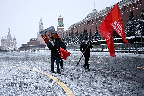 Сторонники КПРФ на церемонии возложения цветов к Мавзолею В. И. Ленина на Красной площади в Москве