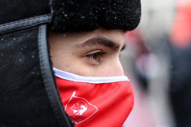 Сторонник Коммунистической партии России у мавзолея Ленина на Красной площади в Москве