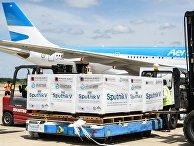 Самолет совторой партией российской вакцины «СпутникV» ваэропорту вБуэнос-Айреса
