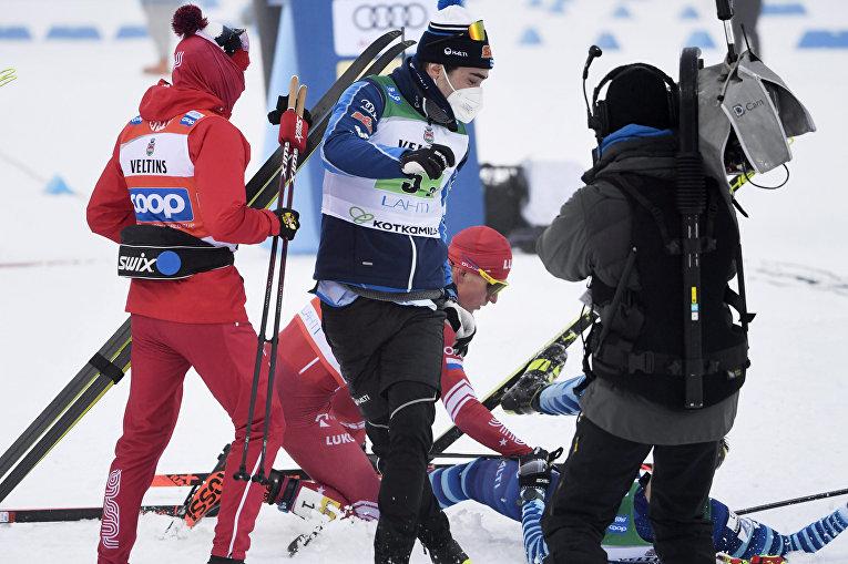 24 января 2021. Александр Большунов врезается в финского соперника Йони Мяки на финише гонки