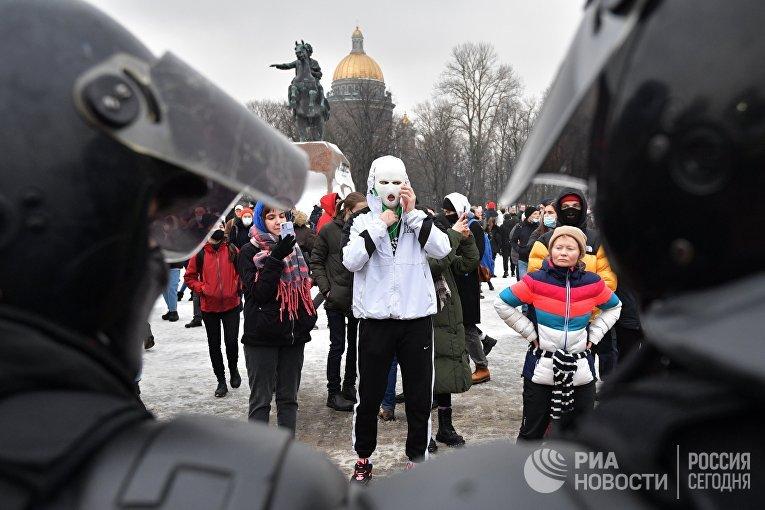 Участники несанкционированной акции сторонников Алексея Навального в Санкт-Петербурге