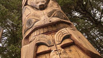 Тотем в национальном историческом парке Ситка на Аляске