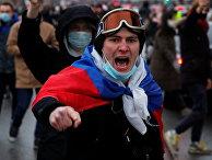 Сторонник Алексея Навального во время акции протеста в Санкт-Петербурге, Россия