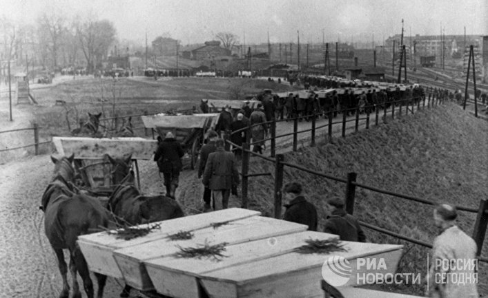Великая Отечественная война 1941-1945 гг. Похороны погибших узников освобожденного Красной Армией концентрационного лагеря Освенцим