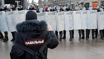 Участник несанкционированной акции сторонников Алексея Навального в Санкт-Петербурге