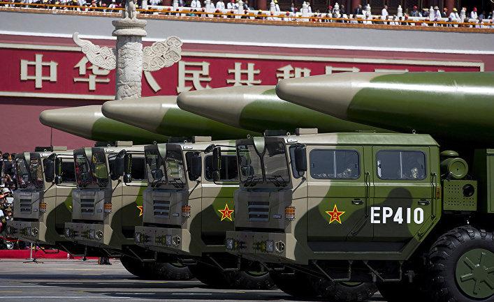 Китайские баллистические ракеты ДФ-26 (DF-26) во время военного парада на площади Тяньаньмэнь в Пекине