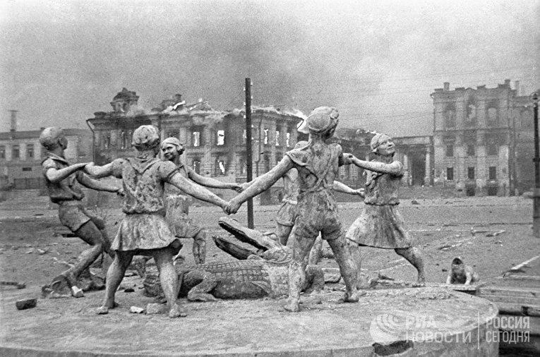Разрушенный памятник в Сталинграде