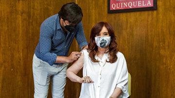 Вице-президент Аргентины Кристина Фернандес де Киршнер прививается вакциной Sputnik V