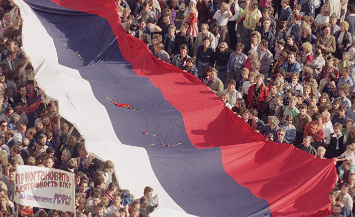 Москвичи с флагом в Москве, 22 августа 1991 года