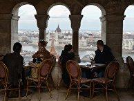 Люди отдыхают в одном из кафе в Будапеште