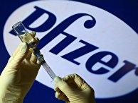 Шприц и ампула на фоне логотипа Pfizer