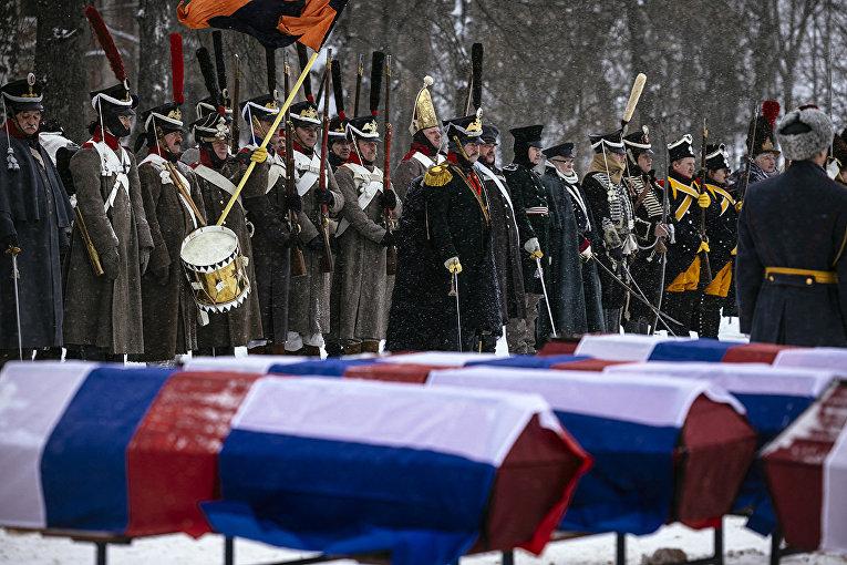 Гробы с останками русских и французских солдат во время церемонии погребения в Вязьме