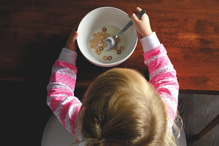 Ребенок завтракает