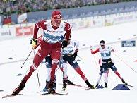 Александр Большунов (Россия) на дистанции скиатлона во время соревнований по лыжным гонкам среди мужчин на чемпионате мира-2021