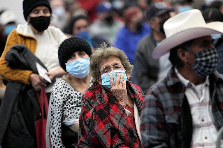 "Очередь на вакцинацию вакциной ""АстраЗенека"" в Линаресе, Мексика"