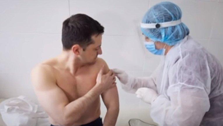 На прививку с голым торсом. Кому и зачем подражает Зеленский