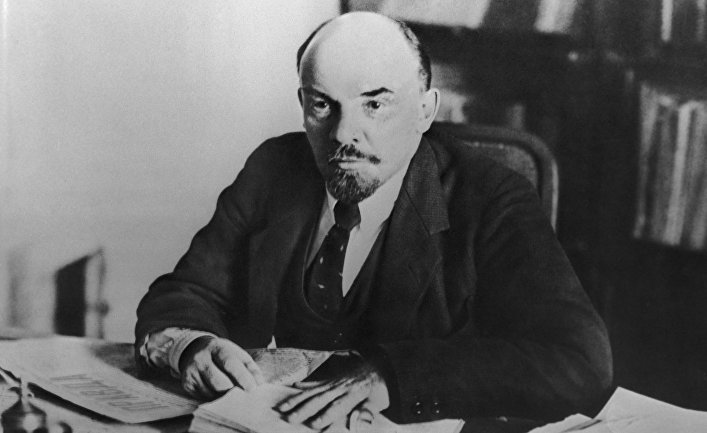 Владимир Ильич Ленин в своем кабинете в Кремле. 16 октября 1918