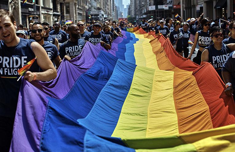 Участники гей-парада в Нью-Йорке, США