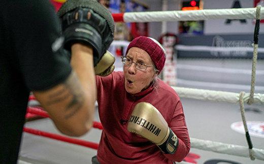 Нэнси Ван Дер Страттен занимается боксом со своим тренером Мухаммедом Али Кардасом на ринге в боксерском клубе в Анталье