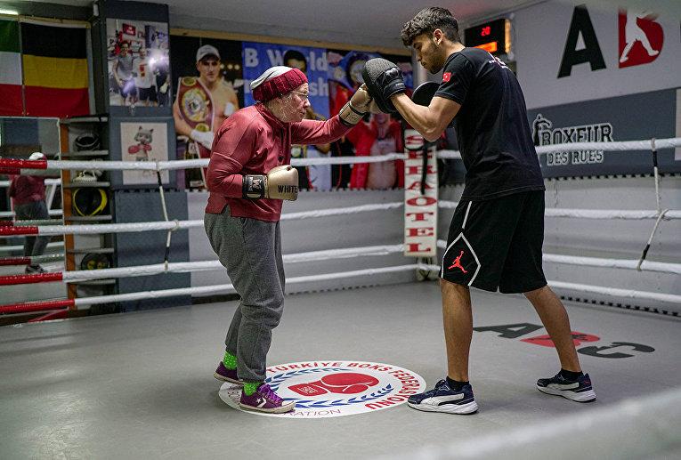 Нэнси Ван Дер Страттен занимается боксом со своим тренером Мухаммедом Али Кардасом на ринге в боксерском клубе