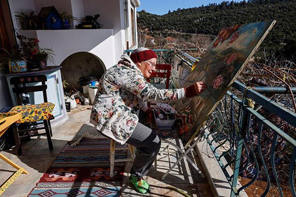 Нэнси Ван Дер Страттен работает над картиной на балконе своего дома в Анталье