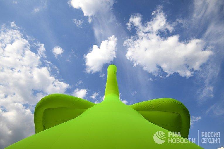Арт-объект Slonik в виде 23-метрового надувного слона, установленный в московском парке «Кузьминки». Автор ― Михаил Цатурян