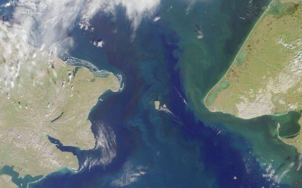 Берингов пролив. Острова Большой Диомид и Малый Диомид в центре кадра