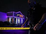Офицер полиции города Атланты на месте перестрелки в массажном салоне в Атланте, штат Джорджия