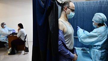Мужчина вакцинируется российским препаратом «Спутник V»
