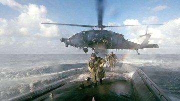 Силы специального назначения Армии США высаживаются на борт подлодки