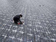 Кресты на Староместской площади в ознаменование первой годовщины со дня смерти первого пациента от коронавируса в Праге